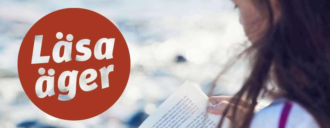 """Logotype till sommarlovsprojektet Läsa Äger. En ungdom läser en bok, och till vänster i bild står texten """"Läsa Äger"""" med vit text på röd bakgrund."""